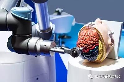 中国医生由5G驱动的医疗机器人执行远程脑部手术